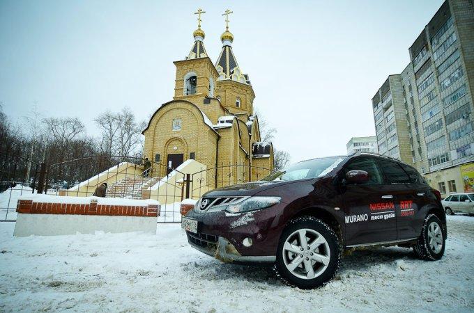Ломать голову над выбором мотора и КПП у Murano не придется. На российском рынке доступен лишь один вариант: бензиновый V6, объемом 3,5л, мощностью 249л.с. Базовая версия XE стоит 1 454 000 рублей. . Следующая по иерархии комплектация SE дополнена некоторым оборудованием и продается за 1 654 000 рублей. Топовая версия, как автомобиль из тест-парка, имеет все возможные системы и стоит 1 754 000 рублей.