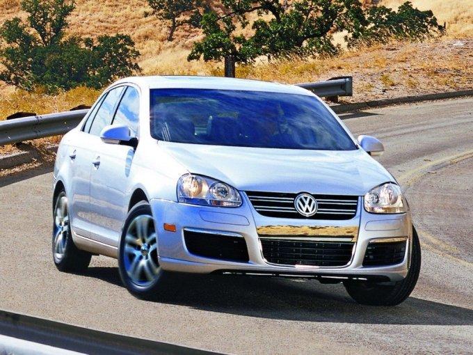 Volkswagen Jetta (2005-2010) внешне повторяет Golf 5, только в кузове седан.