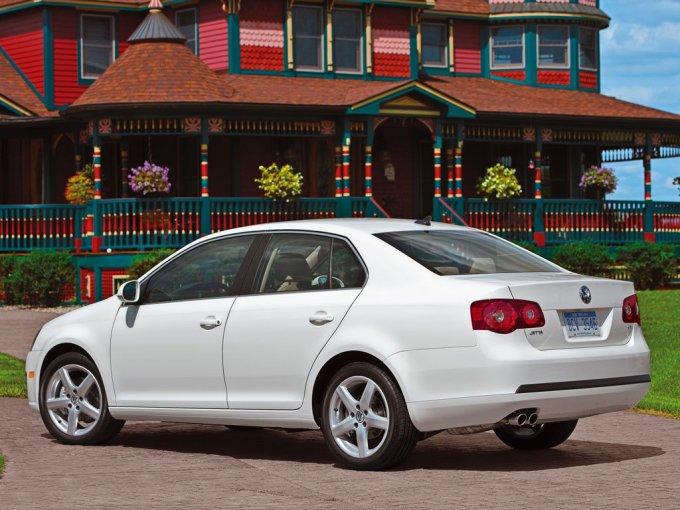 Версия VW Jetta для рынка США внешне отличается бамперами, светотражателями спереди по бокам и местоми под номерные знаки,