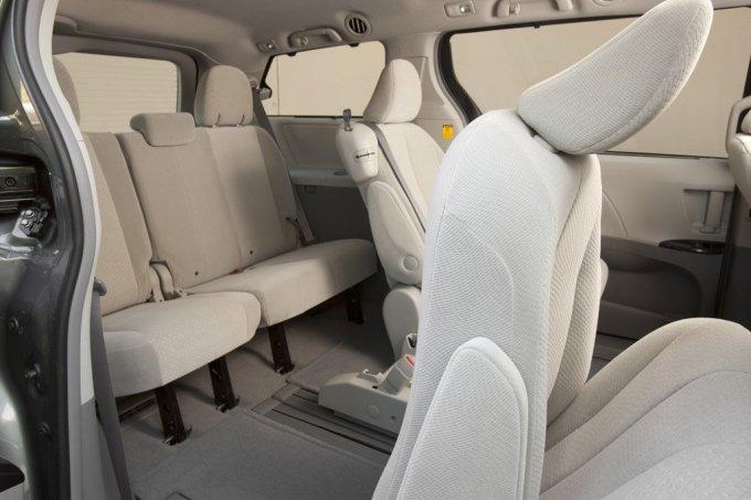 Сиденья 2-го ряда легко сдвигаются вперед – для удобства посадки-высадки пассажиров заднего ряда.