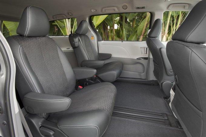 «Капитанские» кресла во 2-м ряду предоставляют пассажирам индивидуальные удобства.