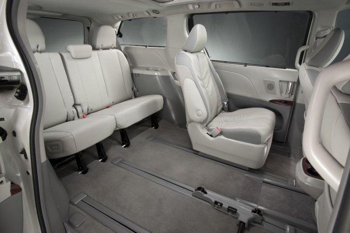 Внутреннее пространство «вэна» на редкость вариабельно. Так, сиденья 2-го ряда выносятся из салона – по отдельности или все вместе.