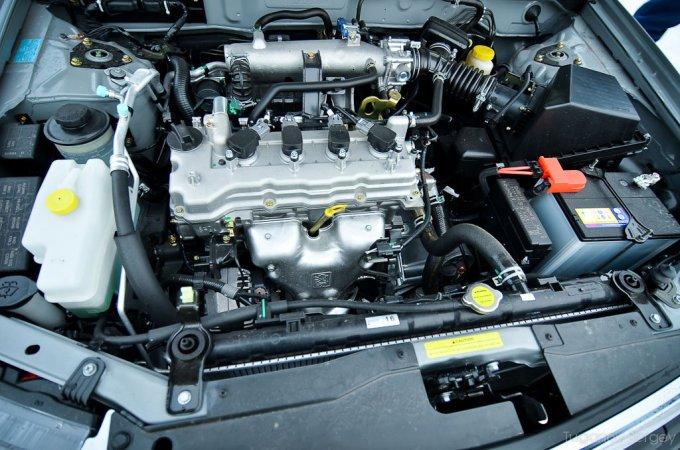 В движении Almera Classic ведет себя феерически! Не убитый и не прищемленный экологией бензиновый мотор 1,6л. (107л.с.) пламенно тянет почти во всем диапазоне оборотов!