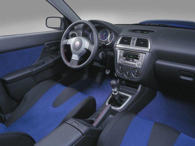 Интерьер, дорестайлинговой Subaru Impreza представляет собой «настоящий спартанский» дизайн.