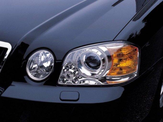 В 2003 года передняя оптика разделилась на два сектора, подражая Е-классу от Mercedes и Lexus IS тех же годов