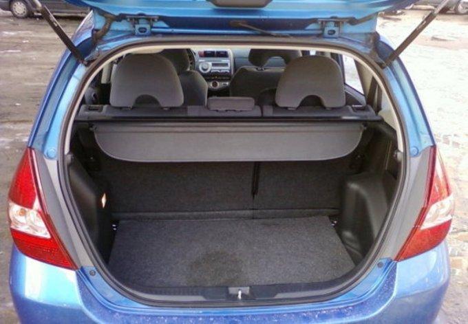 Несмотря на небольшие размеры автомобиля, объем багажника немаленький – 380 л