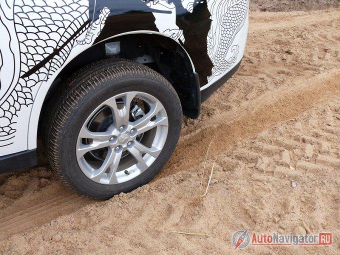 В сложных условиях в режиме 4WD Lock, автомобиль помогает себе, подгребая задней осью