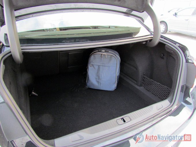 По сравнению с хэтчбеком, в стандартном состоянии объем кофра для поклажи вырос на 90 литров (до 460 л), хотя если сравнить вместимость багажников со сложенными сидениями, то выяснится, что в пятидверную «Астру» поместиться больше. При этом пользоваться багажником седан удобнее, чем обычно. Проём широкий, погрузочная высота приемлемая, организация пространства разумная