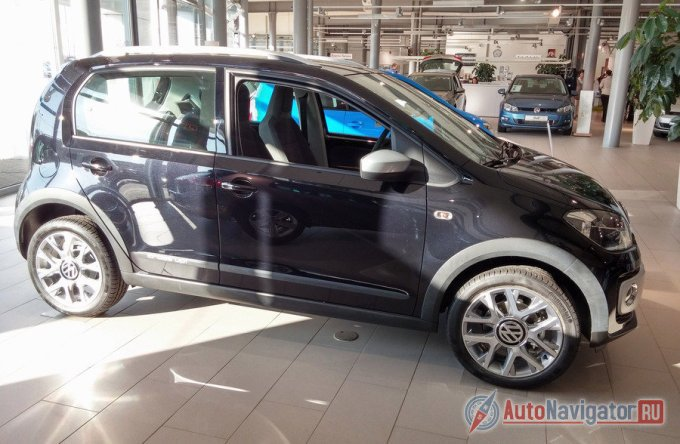 Черные накладки на колёсных арках и порогах, а также защитные молдинги по всей длине дверей с эмблемой «cross up!», придают автомобилю спортивный облик