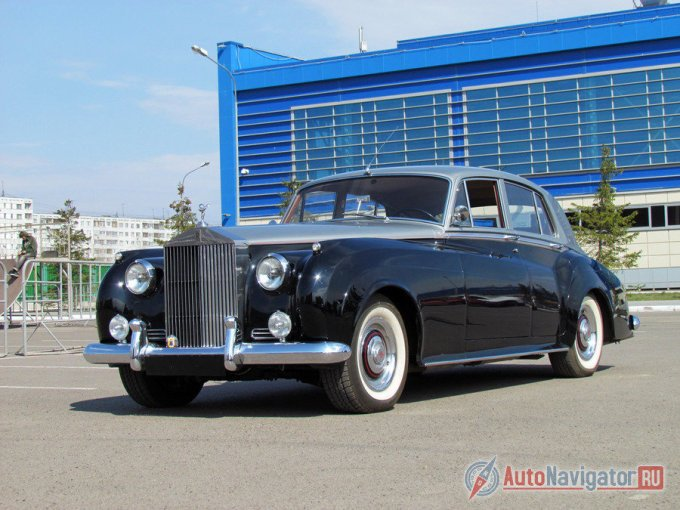 Образ Rolls-Royce Silver Cloud, чаще всего, всплывает в уже обновленном варианте образца 1959 года со сдвоенными фарами круглой формы. Автомобили первых лет отличались одиночным светом, хотя в общим и целом силуэт и компоновка модели до и после модернизации не изменились