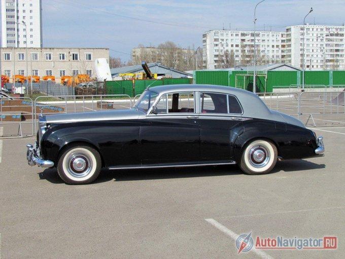 Силуэт автомобиля нарисован в стиле Rolls-Royce. Примечательно, что в отличие от современных представительских седанов, двери этого «Роллс-Ройса» скромной длины, а водительская шире задней «хозяйской»