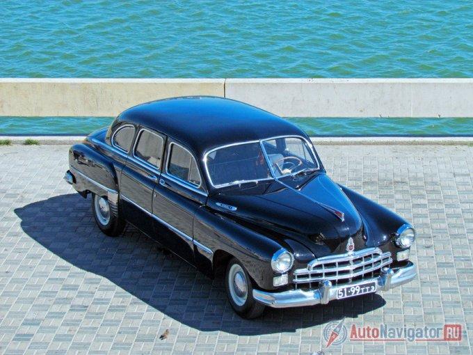 От сопоставимых автомобилей, ЗИМ ГАЗ-12 отличался конструкцией кузова. Рама оставалась основой фактически любой подобной машины тех лет. Но ГАЗ-12 построили на несущем кузове, хотя и с натяжкой, поскольку в оконечностях ЗИМа все-таки применялись мощные подрамники