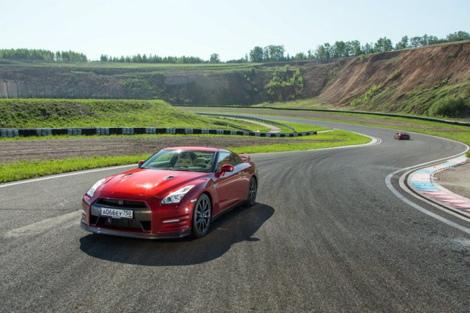 Технологичный Nissan GT-R на одной волне с хищными суперкарами. Не мудрено. Он свой среди них