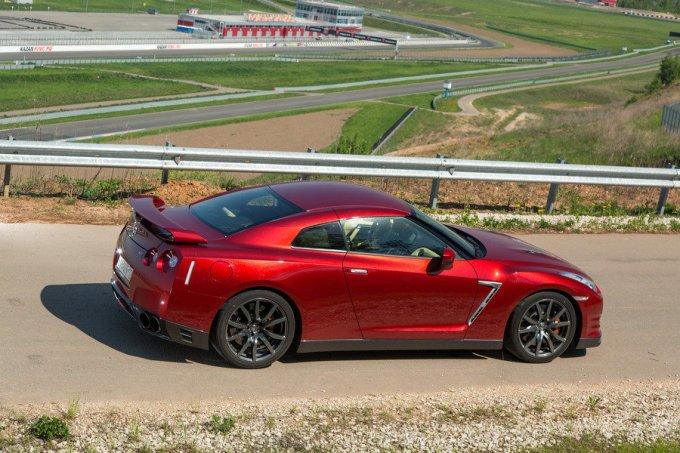Масса между осями Nissan GT-R распределена практически в идеальной пропорции: 56 на 44