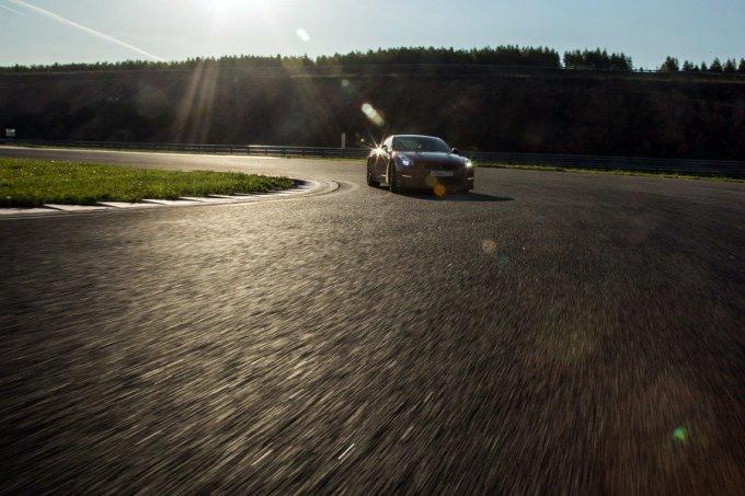 А ускорение у Nissan GT-R сочное и насыщенное. Наличие двух турбин практически сводит на нет эффект турбоямы, предлагая ровную тягу почти по всей зоне оборотов мотора