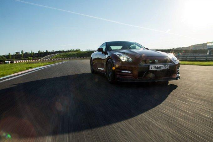 Первая передача – 50 км/ч. Вторая передача – 100 км/ч. С момента старта прошло чуть более четырех секунд. Четвертая передача – 150 км/ч. Максимальная скорость Nissan GT-R – 315 км/ч