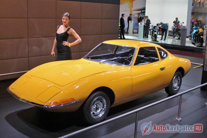 На стенде немецкой фирмы Opel среди автомобилей нынешних лет красовалось ярко-желтое купе Opel Experimental GT