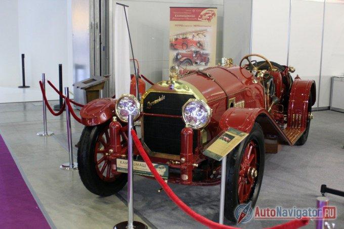 При переходе из зала в зал притаился столетний Locomobile 48 Speedster 1914 года выпуска