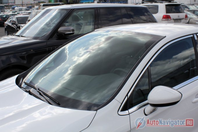 Приятным бонусом для высоких водителей служит панорамное ветровое стекло, правда исключительно летом, пока машина звенит чистотой (верхнюю часть стекла щетки не охватывают). Поднял шторку над головой и расширил площадь обзора. Чем не французская «фишка»?
