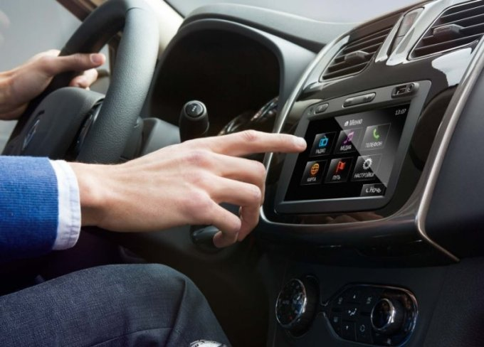 Мультимедийная система, предлагаемая за доплату, имеет сенсорный экран