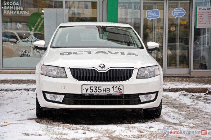 Дизайн новой «Октавии» — верх спокойствия и обыденности. Заметно украшает машину богатая комплектация с ксеноновой оптикой и большими легкосплавными дисками, а также насыщенный цвет. Многие видят в такой Octavia сходство с Audi, которого нет в простых версиях
