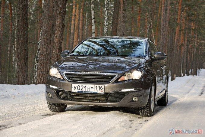 Тестовый Peugeot 308 в промежуточном варианте Active. Хотя и он стоит минимум 1126000 рублей. А автомобиль с «автоматом» и некоторым набором опций, тот что на фото, — 1273000 рублей. Но и в нем нет эффектной передней оптики со светодиодами, которая доступна только в топовой комплектации Allure