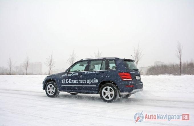 Тестовый вариант – носитель off-road пакета. Приподнятый GLK капельку больше похож на G-класс. Но поведение на дороге у кроссовера – легковое, без пугающих кренов, замедленных реакций и некоторой отстраненности, свойственной «Гелендвагену»