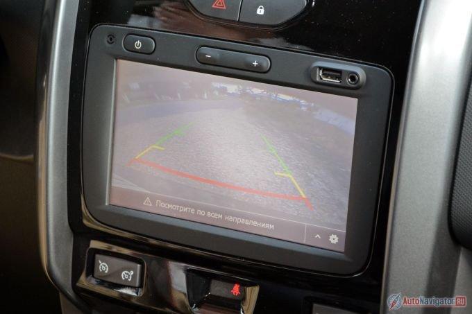 Экран системы Media Nav расположен низко, вдобавок он нетерпим к яркому солнцу