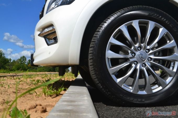 Клиренс – 257 мм. Более чем достаточно, не только, чтобы на бордюрах и газонах парковаться, но и в настоящую грязь залезть. Главное - номер не оторвать, он висит прямо на кончике бампера