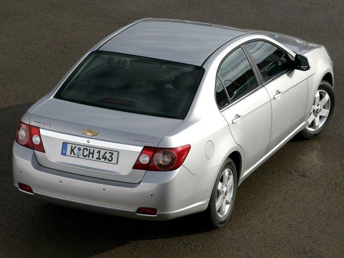 Chevrolet Epica (2006-2010). Если спереди седан выглядит «еще ничего», то дизайн задней части получился спорным
