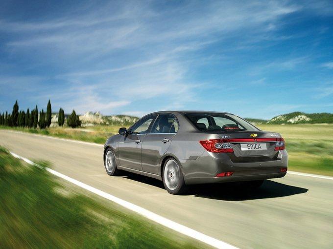 Chevrolet Epica (2010-2012). Больше всего в ходе рестайлинга преобразилась задняя часть. Не мудрено, ведь она вызывала больше всего противоречий