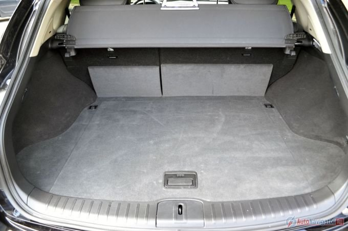 Багажник всего 309 литров. Для большинства ситуаций этого достаточно (детская коляска, сумки из магазина поместятся), но для путешествий всей семьей может оказаться маловато. У конкурентов запас на 200 литров больше