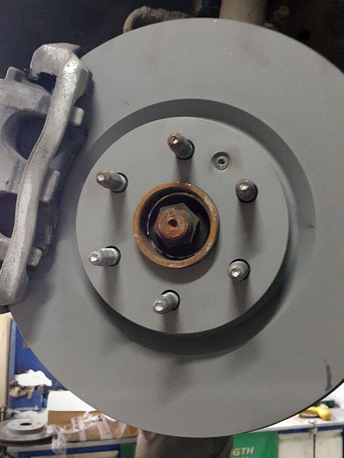 Передние тормозные диски приходилось протачивать попутно с заменой колодок. Причина – деформация элемента, вызывавшая биение на руле при торможении
