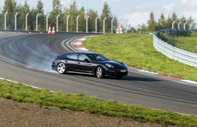 Однако прохождение поворотов и ускорение завораживают не меньше низких спорткаров. От столь крупного и нелёгкого автомобиля, как Panamera ожидаешь менее спортивных настроек