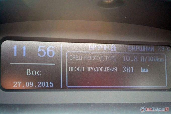 Подсветка бортового компьютера никуда не годится. Ночью еще полбеды, а днем на солнце вообще почти ничего не видно. Расход топлива за время теста составил почти 11 литров на 100 км при обещанных 7,4 в смешанном цикле. С переводом, кстати, тоже намудрили – вместо «запас хода» написано «пробег продолжения». Хорошо хоть, что на русском, а не иероглифами