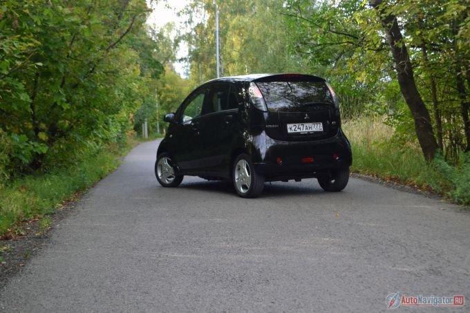 Обратите внимание, что колеса у i-MIEV разноразмерные. Спереди совсем узенькие 145/65 R15, а сзади нормальные 175/55 R15