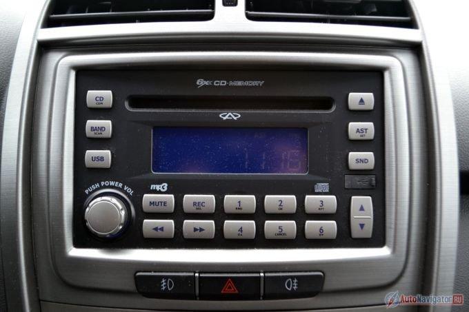 Магнитола простая и не блещет качеством звучания, но для новостей по радио пойдет. Вопросы есть к usb-порту. Он тут mini-USB, поэтому нужно пользоваться проводом-переходником, идущим в комплекте, а это не особо удобно