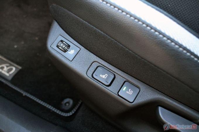 Регулировки сидений механические, а вот поясничный подпор с электроприводом. И есть еще функция массажа, которая плавно надувает и сдувает валик под поясницей