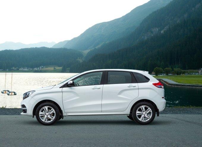 Характерными элементами боковин кузова автомобиля являются большие рельефные выштамповки, напоминающие букву X