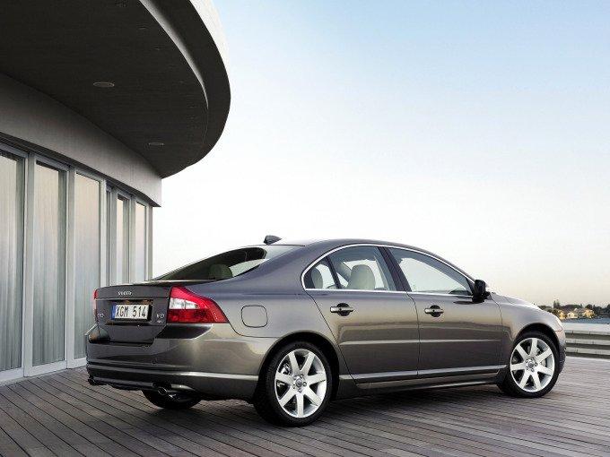 Признак самых ранних экземпляров (не новее 2008 года) скромное слово Volvo на крышке багажника