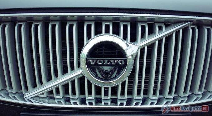 Новая фирменная эмблема Volvo дебютировала именно на кроссовере XC90. Крупный шильд, в который встроена широкоугольная камера - это римский символ бога Марса. До недавних пор значок Volvo был немного другим - небольшим и с яркой синей надписью Volvo