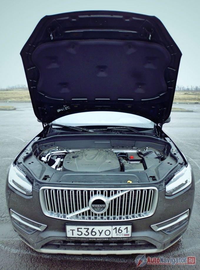 Человека, стоящего рядом с бампером XC90, от мотора отделяет широченная «стена», принимающая на себя основной удар при фронтальном столкновении. Дотянуться до передней кромки поднятого вверх капота, находясь спереди автомобиля, при росте до 190 см практически невозможно, приходится хватать его за одну из боковин