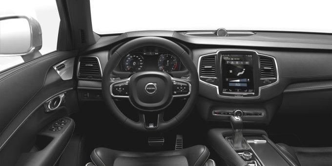 Передняя панель XC90 - новое видения шведов процесса общения человека с автомобилем. Кнопок почти нет, все управление возложено на 9-дюймовый сенсорный экран и интерфейс Sensus. К слову, управлять экраном можно даже в перчатках!