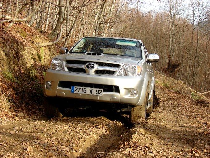 Лесные дороги для Hilux - не проблема. Добрался до труднопроходимого участка, включил 4WD и поехал дальше