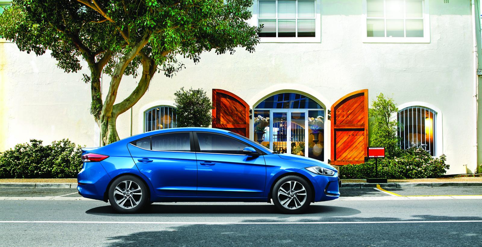 Новая Elantra имеет аккуратную боковую линию, которая подчеркивает наклонный силуэт боковых окон и привлекательный профиль автомобиля