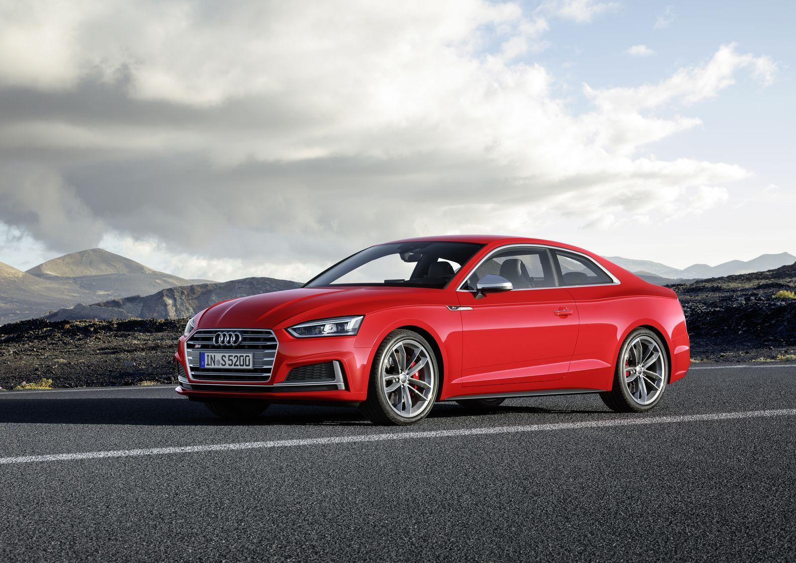 Audi S5 отличает аэродинамическим обвесом, другими колёсными дисками, усиленными тормозами, серебристыми корпусами зеркал