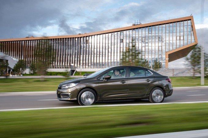 А если оценивать экстерьер совокупно, то благодаря сбалансированным пропорциям Citroen C4 Sedan производит впечатление серьезного автомобиля, а объемные линии кузова подчеркивают особый корпоративный стиль. Своеобразная французская фишка — вогнутое заднее стекло