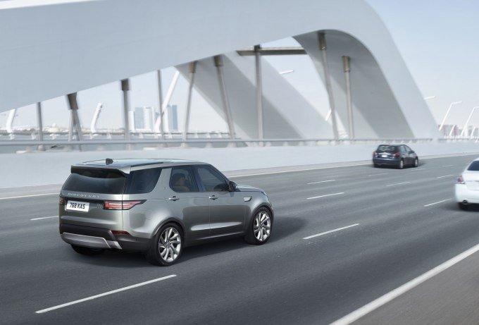 При этом технически новинка сильно приблизившись к старшим моделям — Range Rover Sport и флагманскому Range Rover