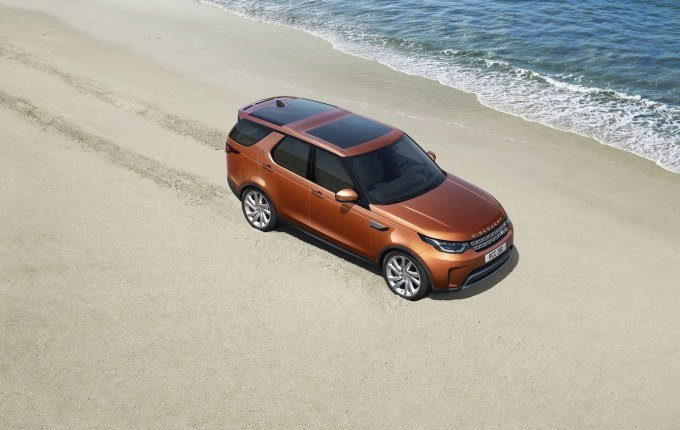Land Rover решил перейти от некогда исключительно мужественного дизайна большого внедорожника, к стилистике «унисекс»