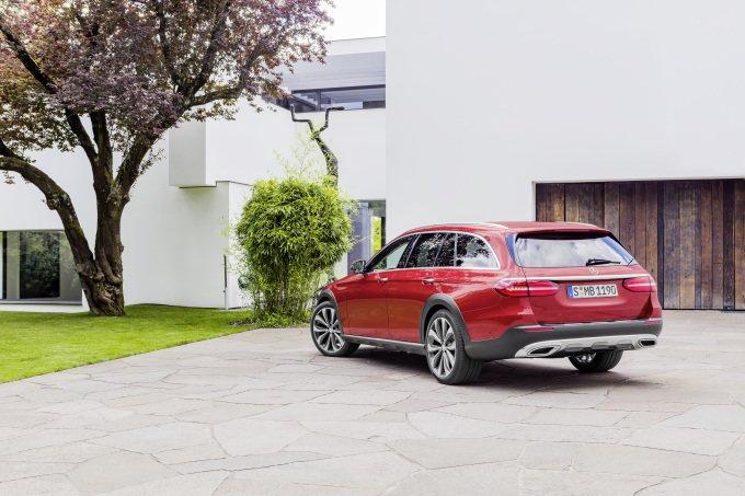 На рынке Mercedes-Benz E-Class All-Terrain ждут два конкурента: хорошо себя зарекомендовавший Audi A6 allroad quattro и новейший Volvo V90 Cross Country